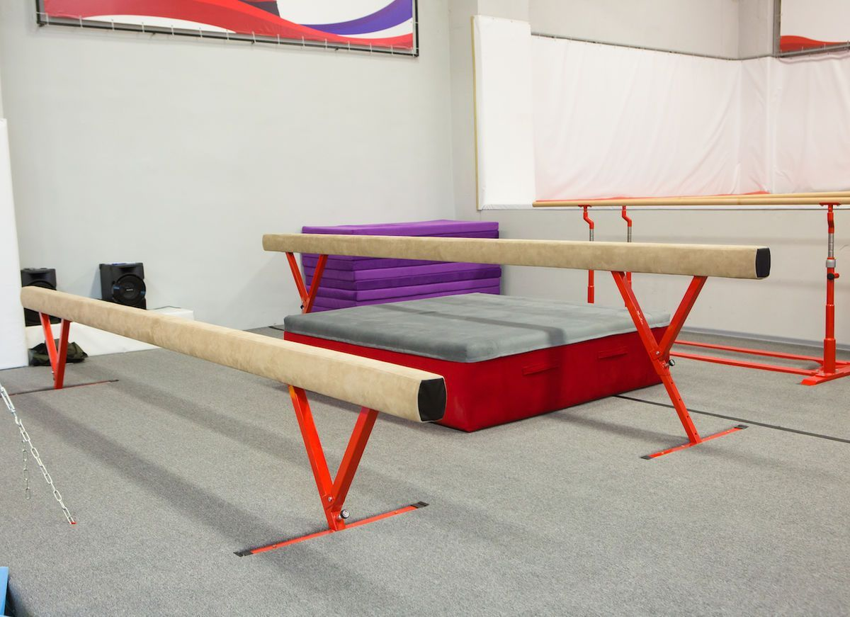 Шведская стенка, гимнастические кольца, канат, брусья, перекладина, мостик гимнастический и скамья - базовое спортивное оборудование